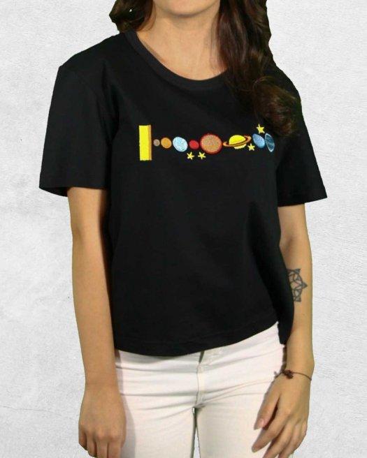 Gezegen Nakışlı Siyah Kısa Crop Tişört