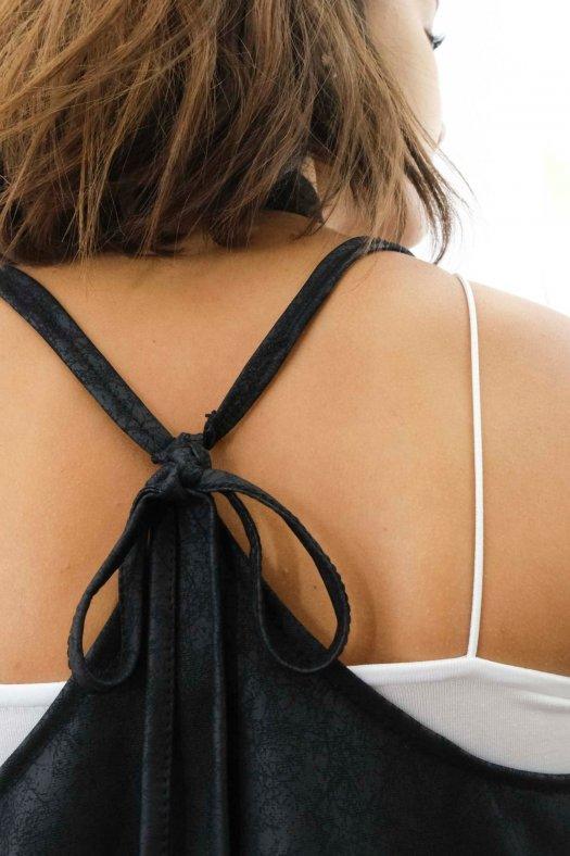 İp Askılı Asimetrik Siyah Mini Yelek Bluz